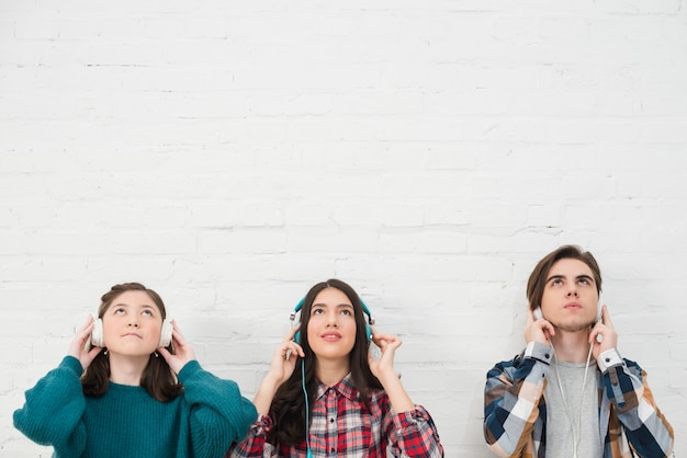 Teenagers listening to music Free Photo
