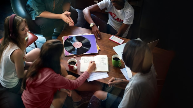 Teens studying together Premium Photo