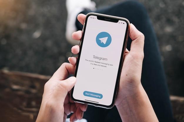 Приложение telegram на экране телефона. Premium Фотографии