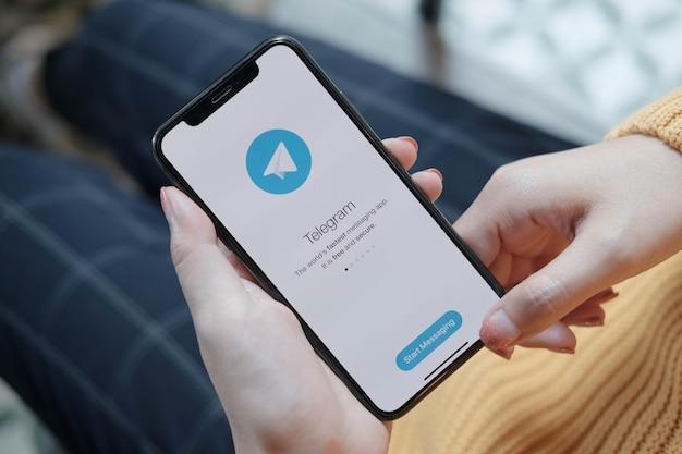 Приложение telegram на экране смартфона крупным планом. значок приложения telegram. telegram - это социальная сеть в интернете. приложение для социальных сетей Premium Фотографии