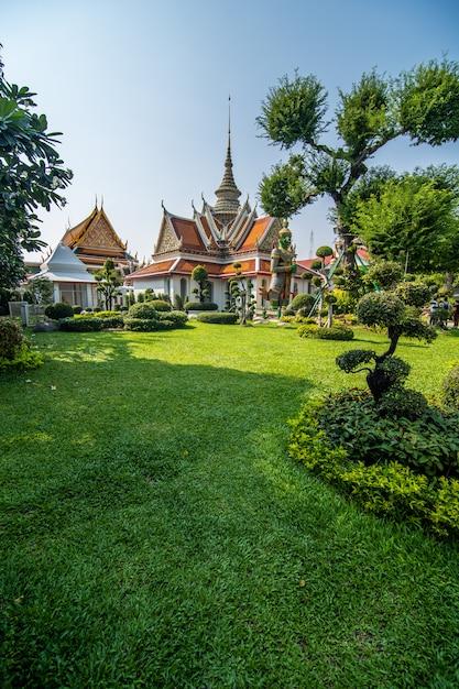 Il tempio di dawn wat arun e un bel cielo blu a bangkok, in thailandia Foto Gratuite