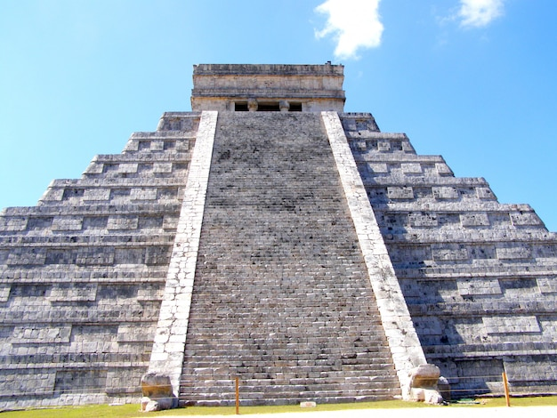 The temple of kukulcan at the chichen itza archaeological site, mexico Premium Photo