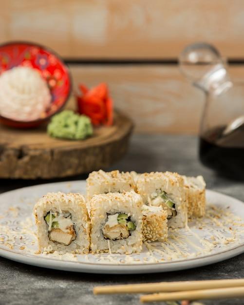 ごまとソースで覆われた天ぷら巻き寿司 無料写真