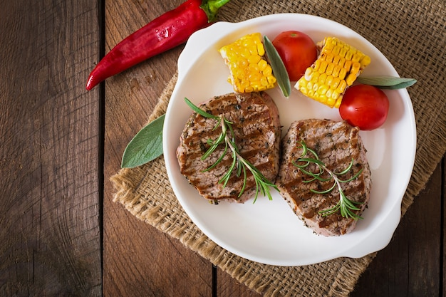 Нежный и сочный стейк из телятины средней редкости с картофелем фри Бесплатные Фотографии