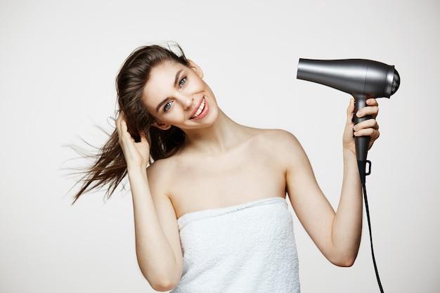 흰색 Bakground 통해 웃 고 수건 건조 머리에 부드러운 갈색 머리 아름 다운 여자. 뷰티 스파 및 미용. 무료 사진