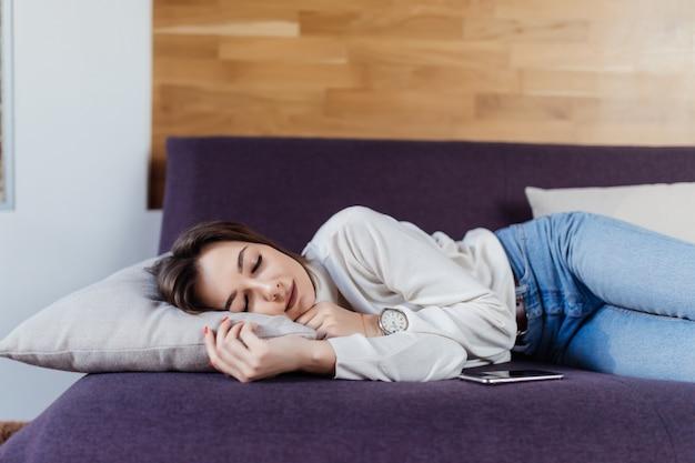 ハードワークの日の後にベッドで優しい女性の夢 無料写真