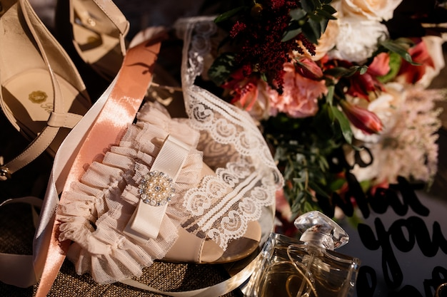 Tender wedding accessories for bride and wedding bouquet on the sunny day Free Photo