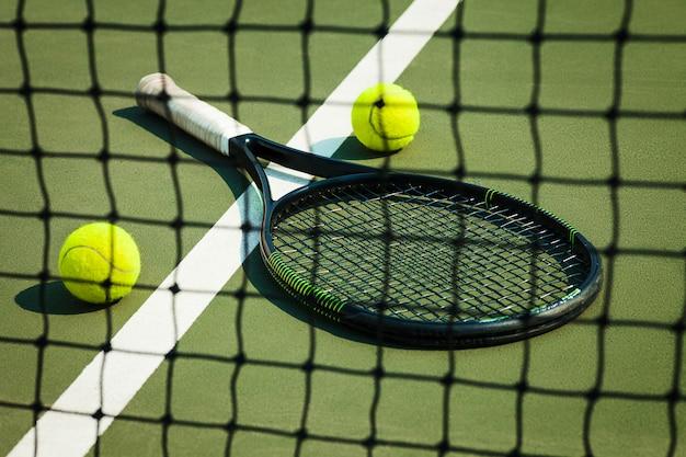 La palla da tennis su un campo da tennis Foto Gratuite
