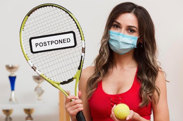 Теннисная женщина с отложенным знаком на ракетке Бесплатные Фотографии