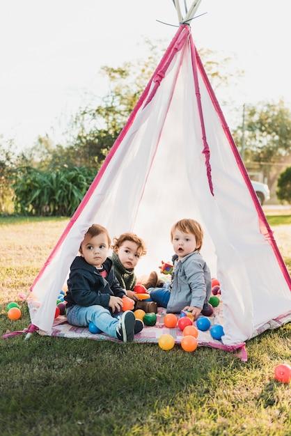 Tepeeで遊んで愛らしい子供のクローズアップ 無料写真