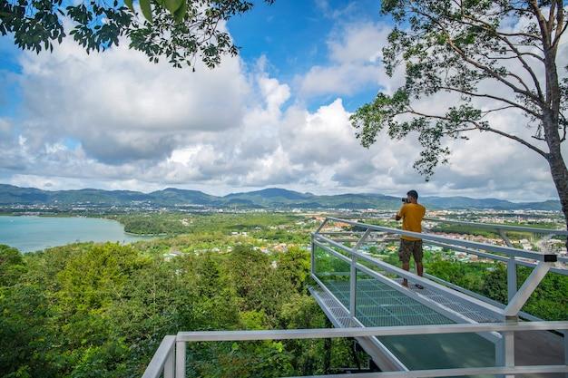 プーケットタイの熱帯の海と山の青い空の白い雲の美しい風景の景色を望むテラス Premium写真