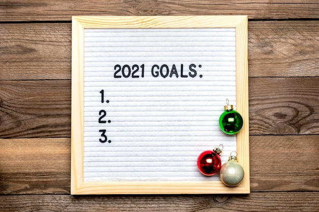 Text - 2021 goals motivational quotes on message felt board, deer on wooden background Premium Photo