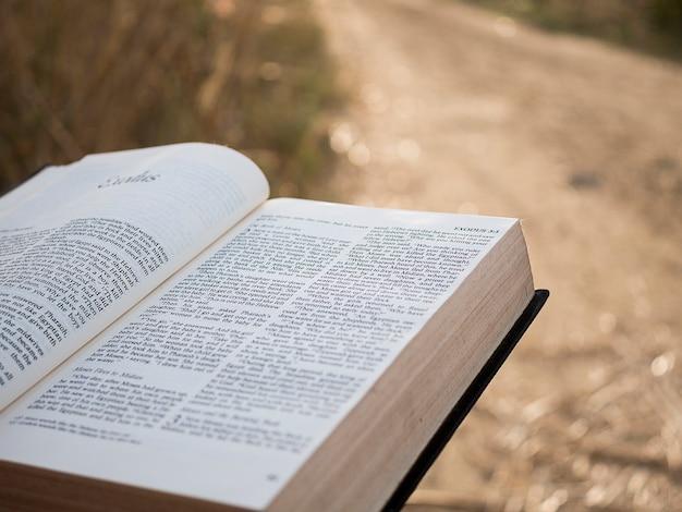 聖書の本のテキスト。 Premium写真
