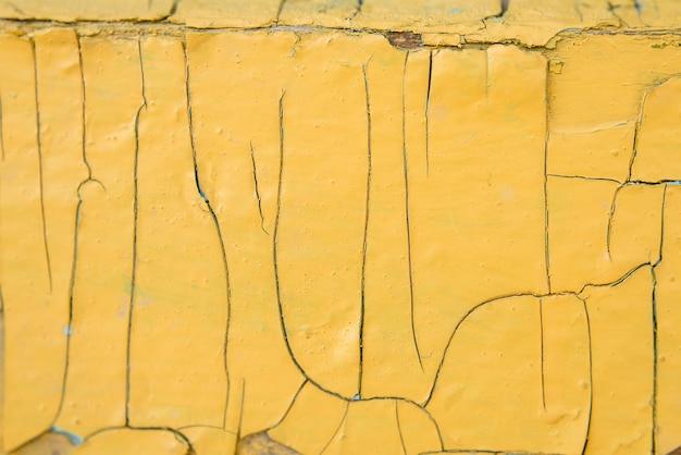 Текстура старого дерева с желтой краской с трещинами Premium Фотографии