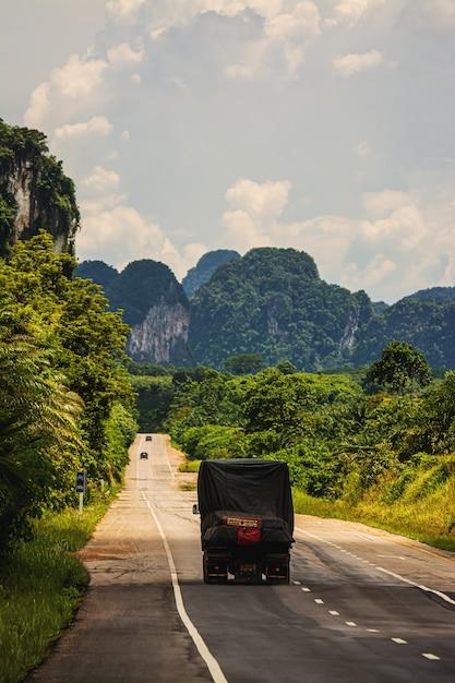 タイのtha道路上の車 Premium写真