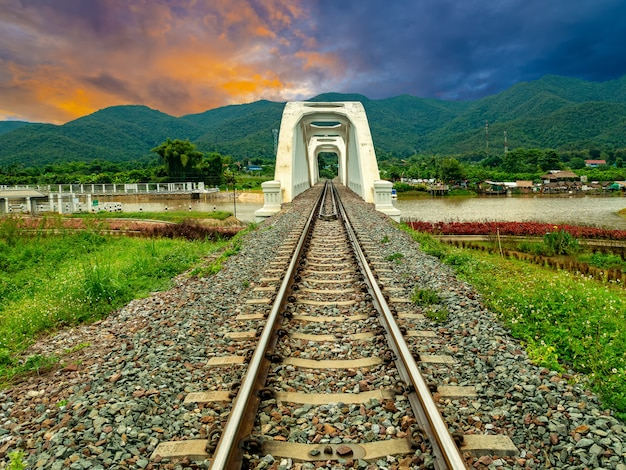 タイ北部、ランプーンのメーターで白い鉄道橋thachompoo橋。 Premium写真