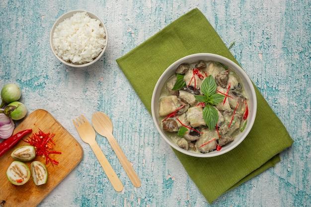 タイ料理。なすのグリーンココナッツカレーポーク 無料写真