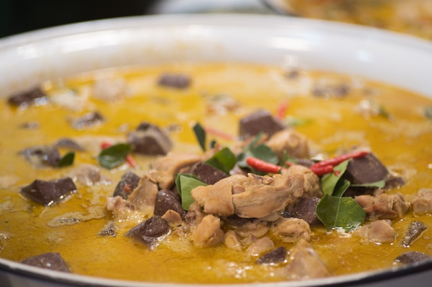 Thai food green curry with chicken recipes Premium Photo