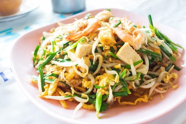 태국 음식 팟 타이, 팟 타이 스타일의 볶음 국수 프리미엄 사진