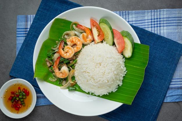 Тайская еда; жареные креветки и кальмары, приготовленные с фасолью и рисом. Бесплатные Фотографии