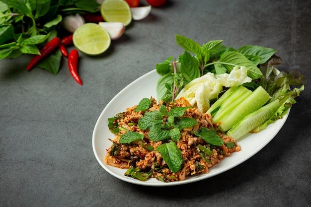 Тайская кухня; острый свиной фарш подается с гарниром Бесплатные Фотографии
