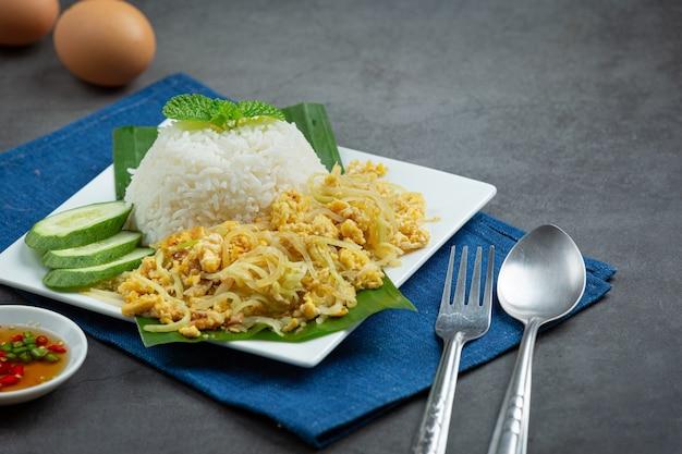 Тайское блюдо stir fried egg with papaya, приготовленное с рисом Бесплатные Фотографии