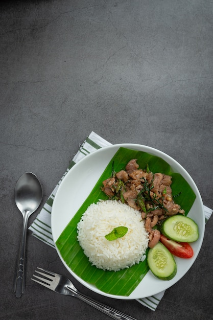 Тайская кухня; жареная свинина с листьями кафр-лайма подается с рисом Бесплатные Фотографии