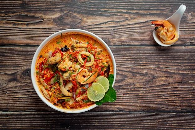 Тайская еда; tom yum kung или острый суп из речных креветок Бесплатные Фотографии