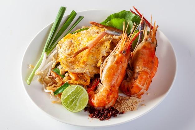 Thai fried noodles with shrimp (pad thai) Premium Photo