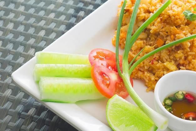 タイ風チャーハン、チリソースを食べる準備ができて 無料写真