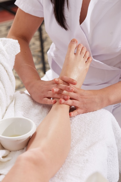 Thai massage at wellness club Premium Photo