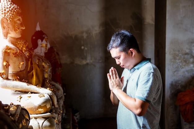 Thai people pray at temple in ayutthaya, thailand. Premium Photo