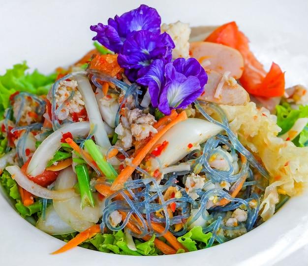 白いボウルにタイのサラダ Premium写真