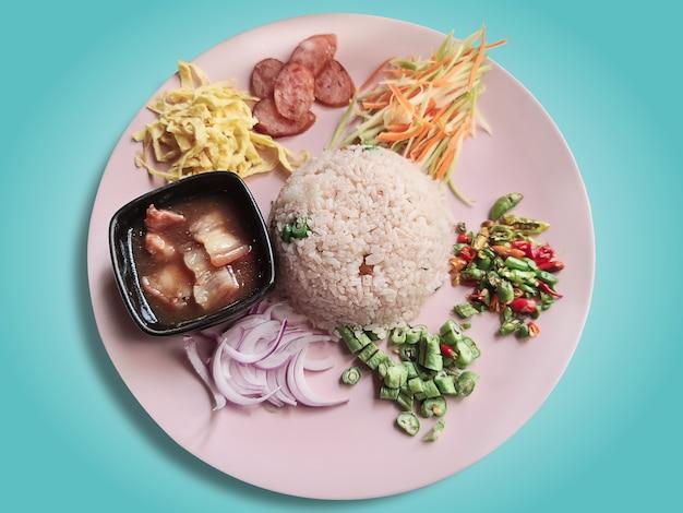 달콤한 돼지 고기와 블루에 고립 된 기타 조미료 재료로 태국 새우 페이스트 볶음밥 프리미엄 사진