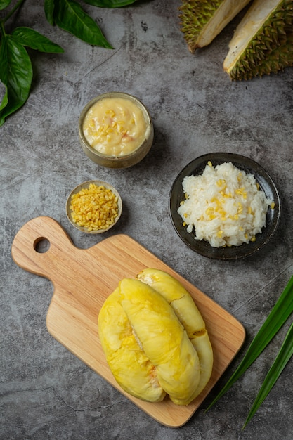 Thai sweet sticky rice with durian in a dessert. | Free Photo