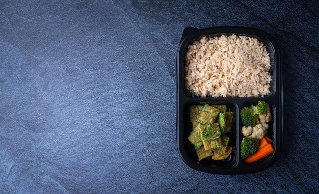ライスボックスでタイの伝統的なエビ米 Premium写真