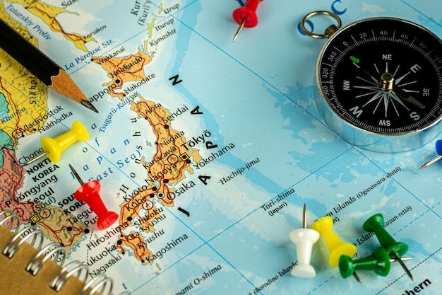 タイ、ノンタブリー、2019年11月13日。-日本地図に赤いピンを配置。 -旅行とランドマークのコンセプト。 Premium写真