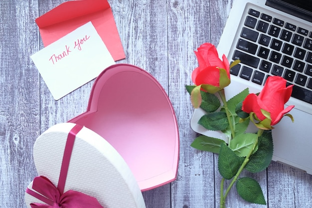 メッセージ、封筒、ギフトボックス、木製テーブルの花をありがとう Premium写真