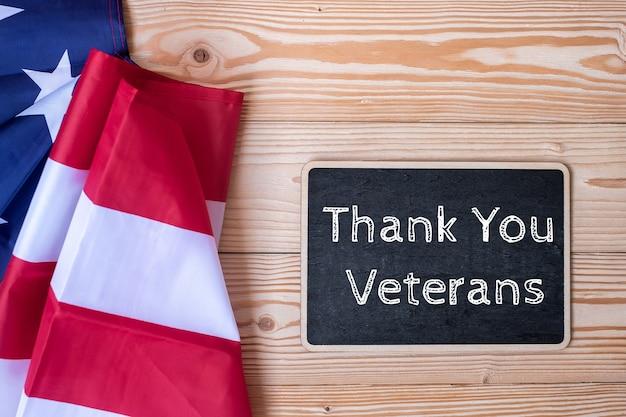 ありがとうベテランのテキストは、アメリカの国旗と黒板で書かれています Premium写真