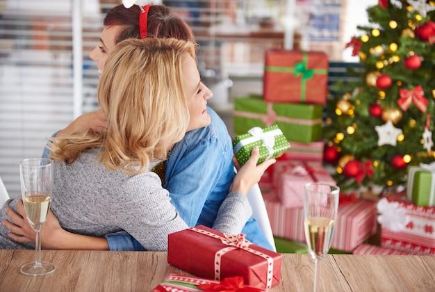 ありがたいことに、クリスマスプレゼントの若い女性 無料写真