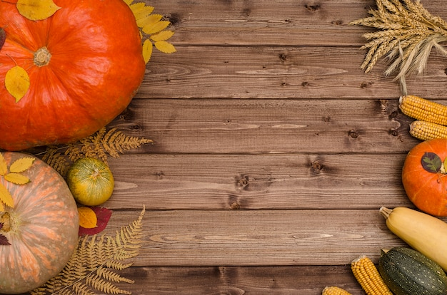 木製の背景にコピースペースを持つ野菜の感謝祭秋の静物。収穫祭。 Premium写真