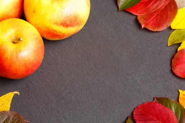 リンゴと秋の葉の感謝祭の背景。 Premium写真