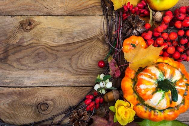 装飾的なカボチャと黄色のバラの花輪、コピー領域の感謝祭の背景 Premium写真
