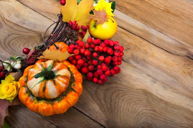 カボチャとメープルの感謝祭の背景の葉の花輪、コピースペース Premium写真