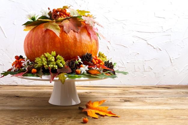 カボチャ、種子、コーン、コピースペースの感謝祭のテーブルのセンターピース。 Premium写真