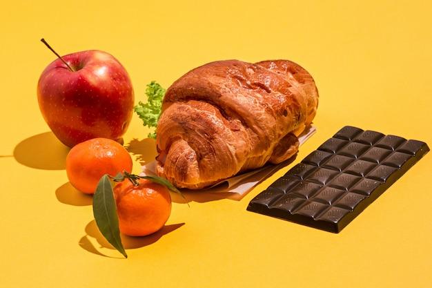 노란색에 사과, 초콜릿, 크로와상 무료 사진