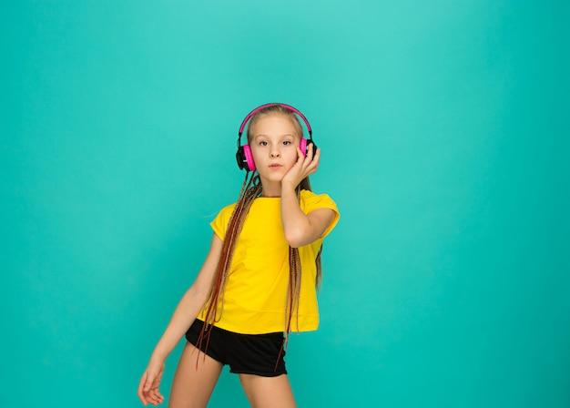 青のヘッドフォンで魅力的な女の子 無料写真