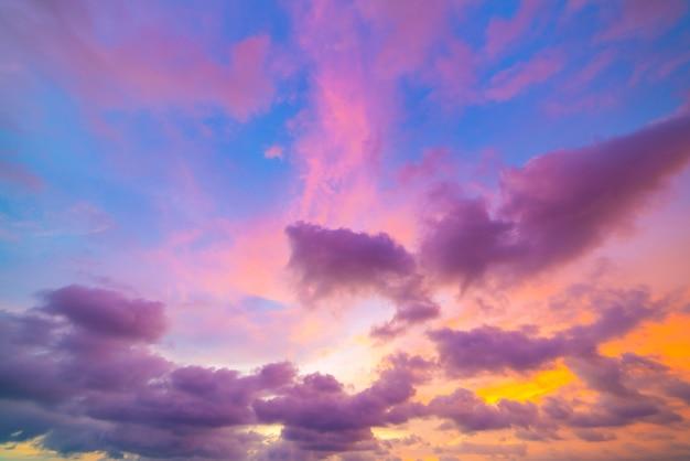 空のカラフルな美しい夕日や日の出の空の背景劇的な夕日と日の出の風景風景。 Premium写真