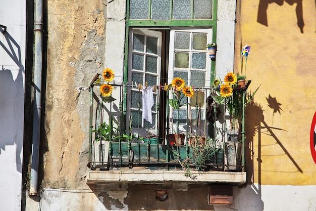 Балкон в городе лиссабон, португалия Premium Фотографии