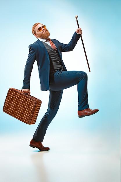 Мужчина в костюме с тростью. Бесплатные Фотографии